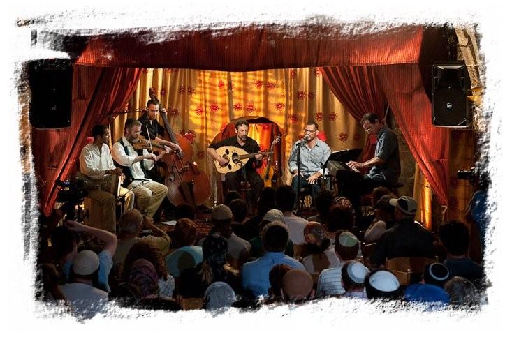 אמיר פרלמן מוסיקאי ומלחים בופעה עם אנסמבל שירה חדשה לירושלים בחאן החמור הלבן
